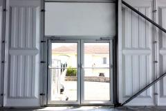 Portas de vidro e painel em PVC rígido.